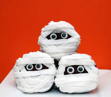 Mummy Cupcakes by keriwgd