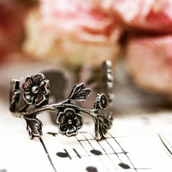 Victorian floral ring by Curionomicon