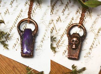 Reversible coffin pendant - skull by Curionomicon