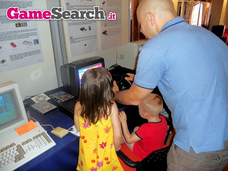 Grandi e piccoli giocano con il Saturn by GameSearch