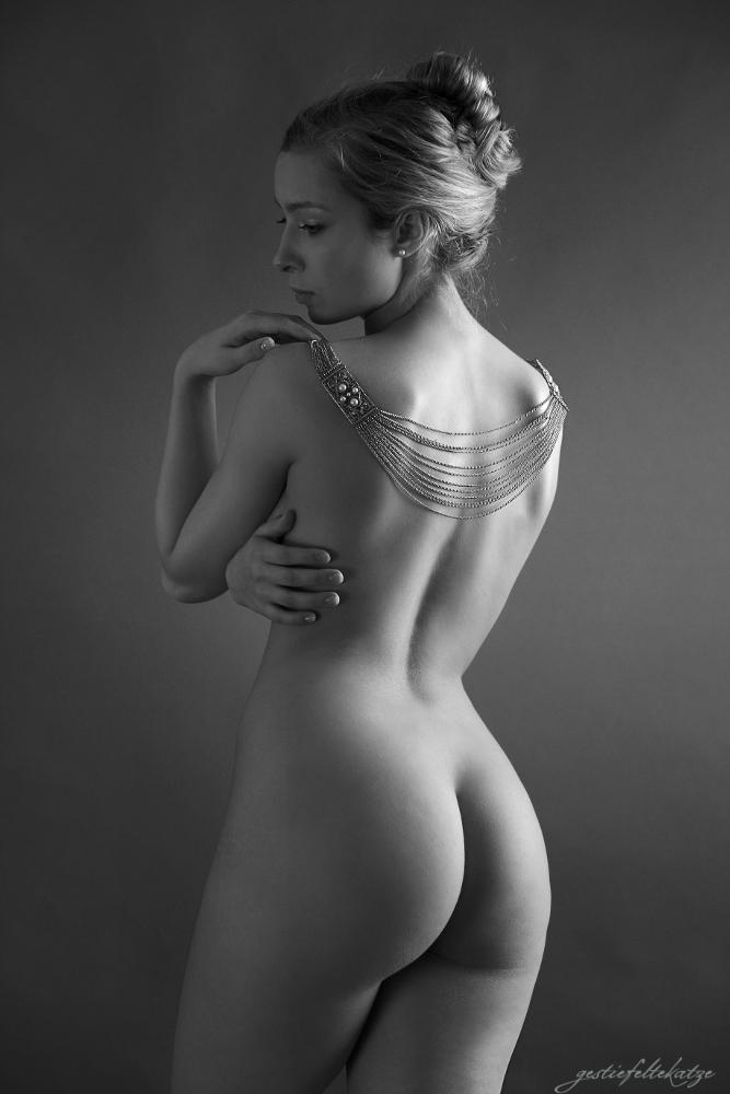 adorned nude II by gestiefeltekatze