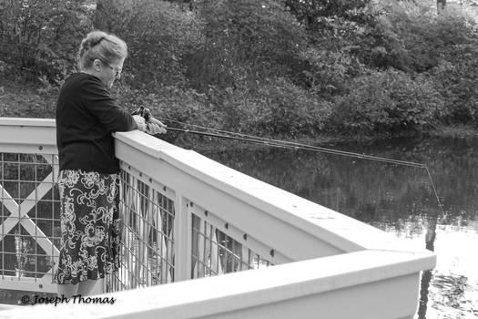 Abuela pescando en Vines Park.