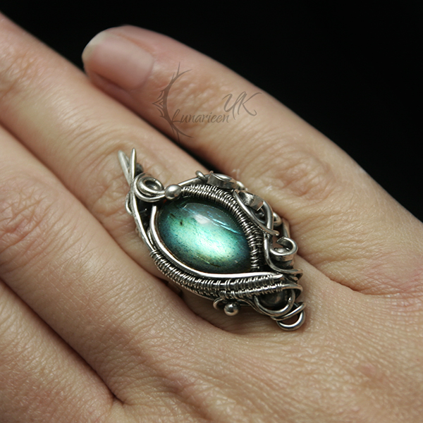 anavintarh silver and labradorite ring by lunarieen