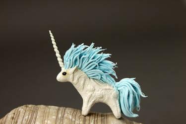 Big maned unicorn by hontor