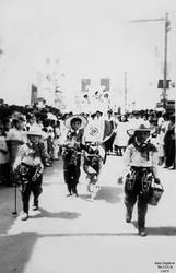 1960 (62) 1960-63 Nios de la epoca desfilando en