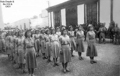 1952-07-28 Alumnas del Colegio Chepen desfilando e