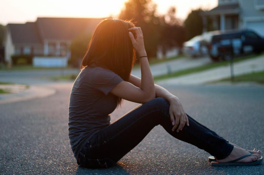картинки девушек без лица грустные