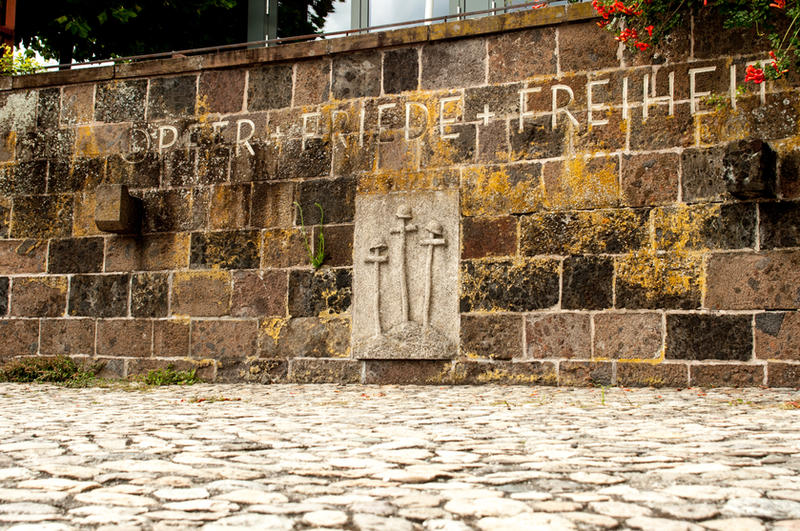 Opfer + Friede + Freiheit by Anussky