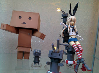Danbo boxes in the enemies with Shimakaze