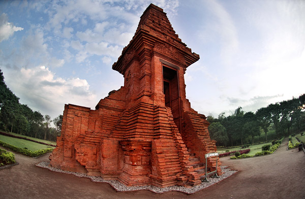 Candi Bajangratu by indonesia