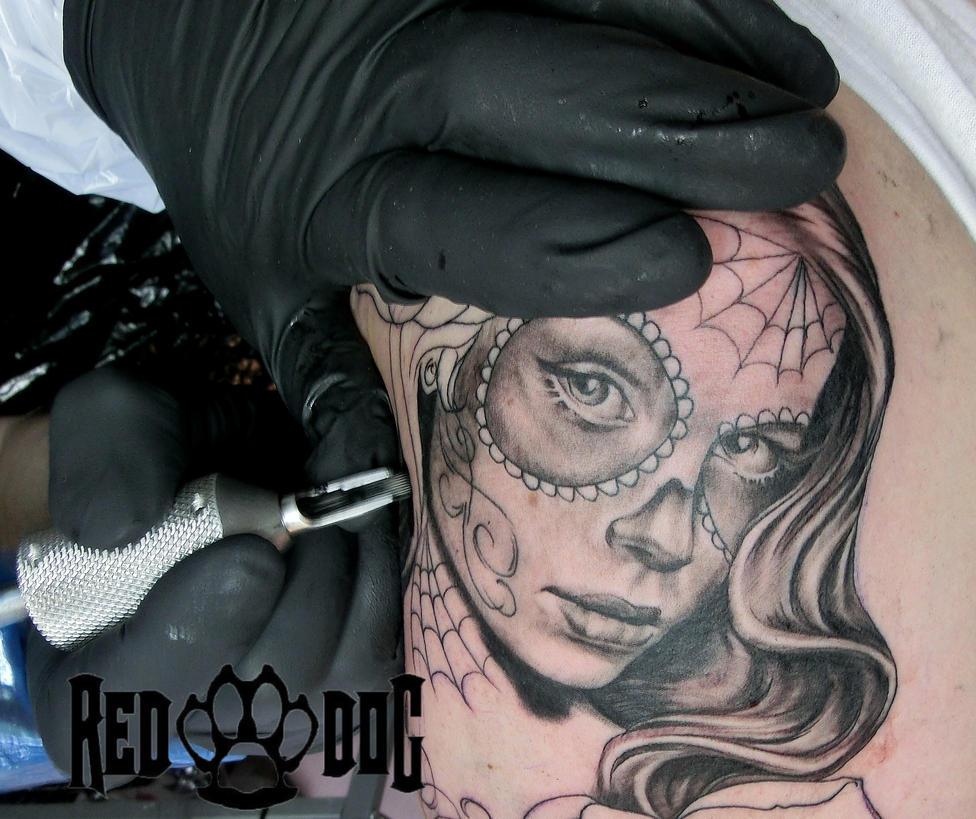 Tattooing a Catrina by Reddogtattoo