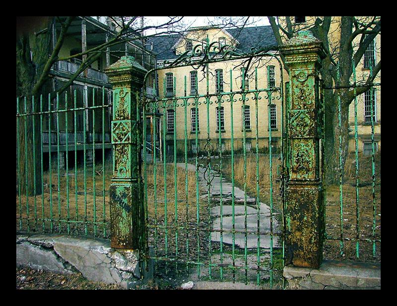 WMDW - north courtyard by fahrmboy