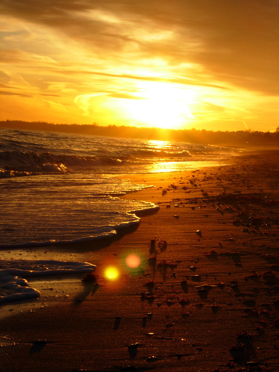 <b>Sunset</b> On The Beach. Scene Of A <b>Golden Sunset</b> Over The Sea, Waves ...