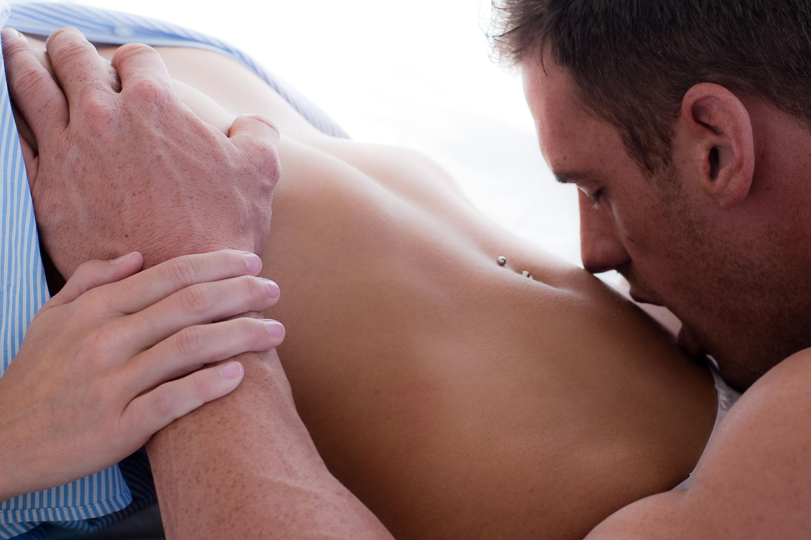 фото эротика мужчина целует женщину