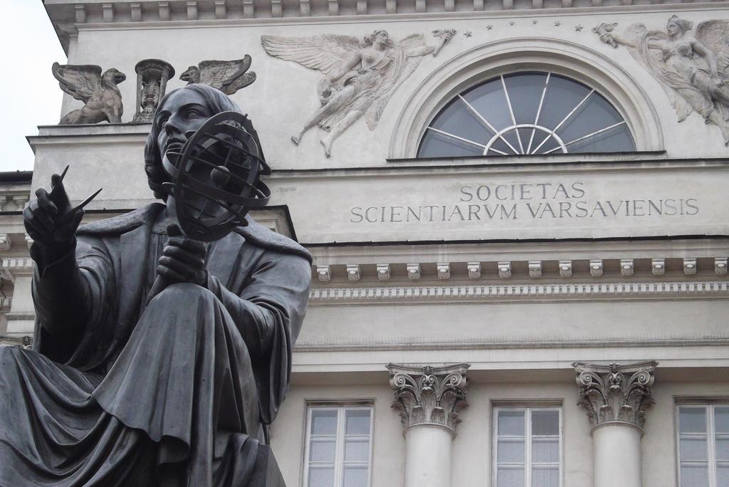 057. 2 diena. Mikalojaus Koperniko statula prie by minusas