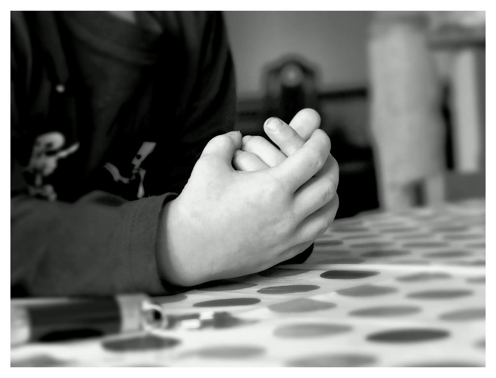 tiny hands by LumenDonas