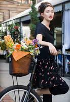 Une femme avec un bycicle by AndrewMaidanik