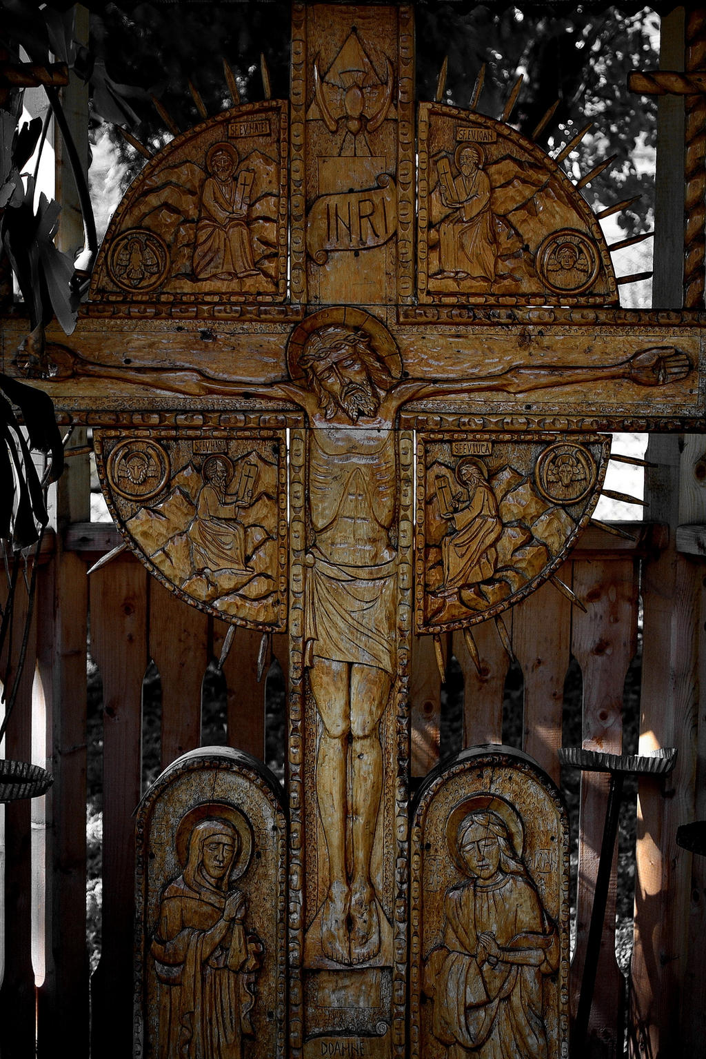 wood cross carved by manuroartis