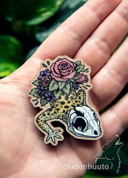 Skull gecko wooden pin/magnet