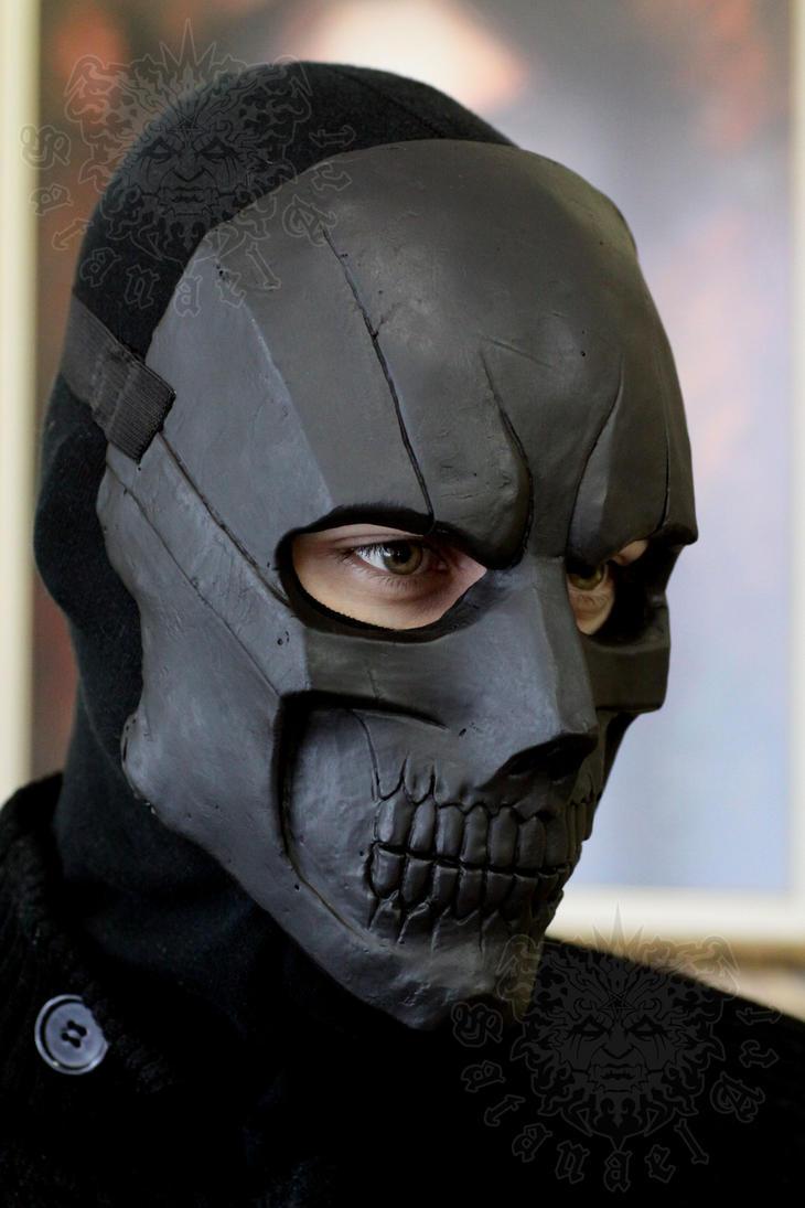 Le masque noir pour la personne comme faire