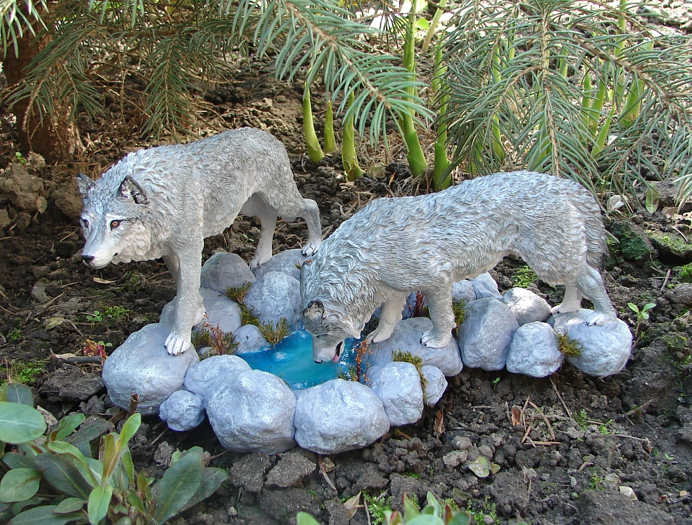 Wolves drinking water figurine by Kesa-Godzen