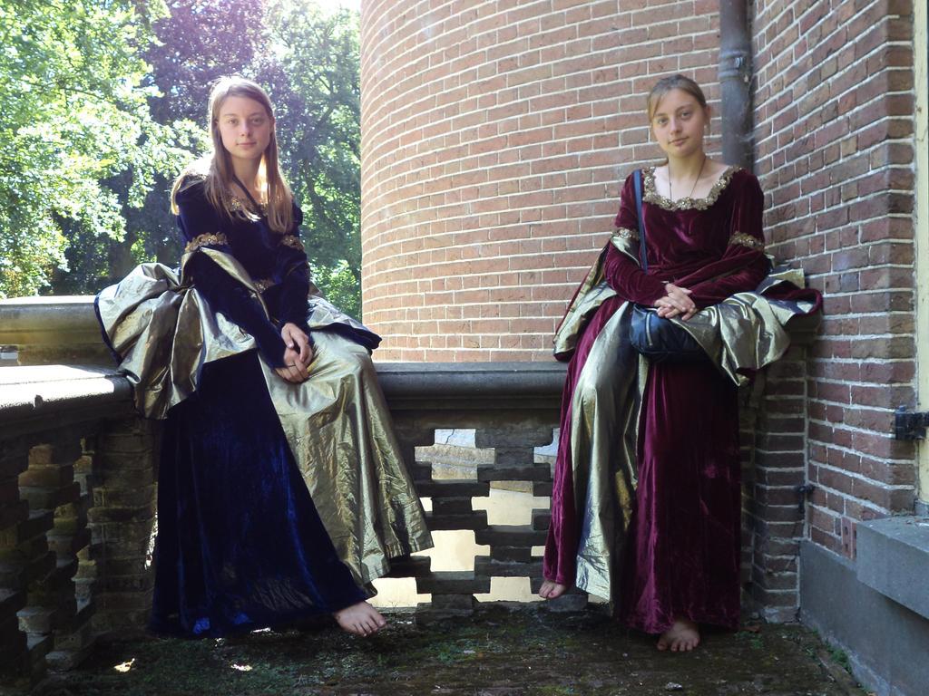 http://fc07.deviantart.net/fs71/i/2013/268/b/b/castlefest_2013___fantasy_ladies___02_by_christianprime1_bot-d6nt1l4.jpg