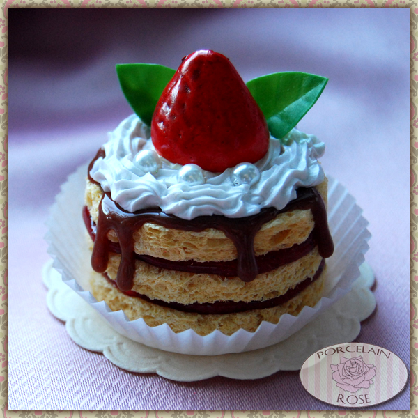 Slatka strana sveta - Page 9 Fake_strawberry_cake_by_theporcelainrose-d3fijix