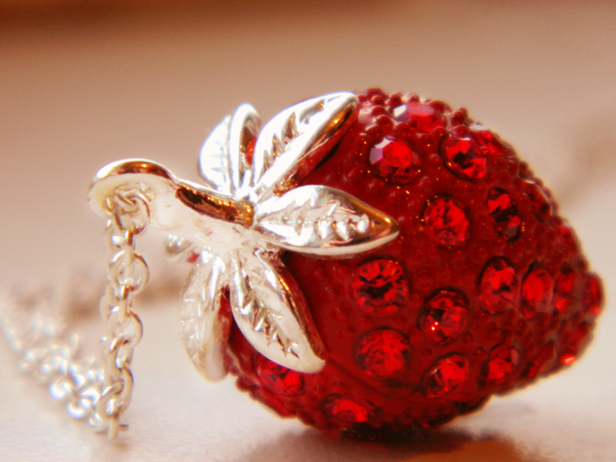 nakit -ukras ili umetnost - Page 5 Strawberry_chain_by_rainbow_power-d4ns8ab