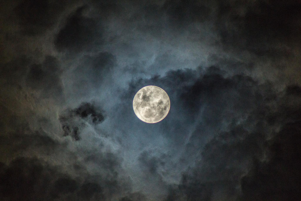 Cloudy Moon by victorhbc