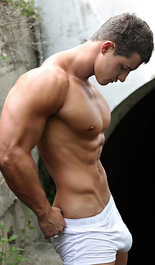 голые мускулистые парни в обтягивающих футболках красивая