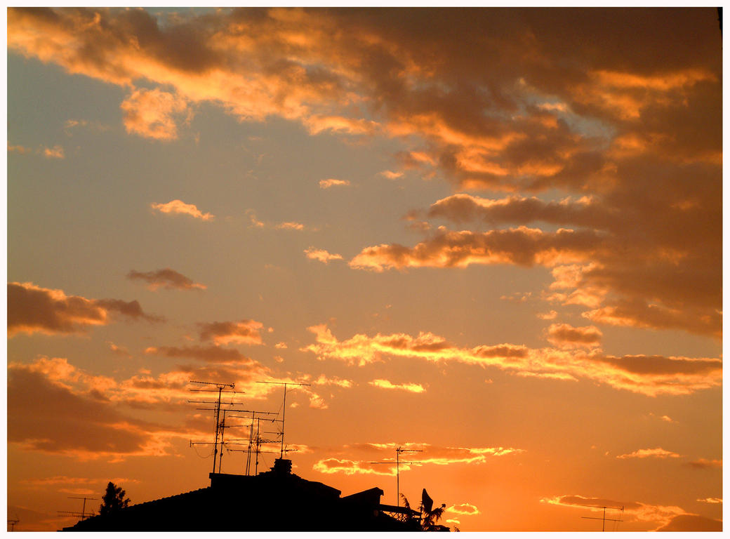 Sunset between the roofs by UomoAnalogico