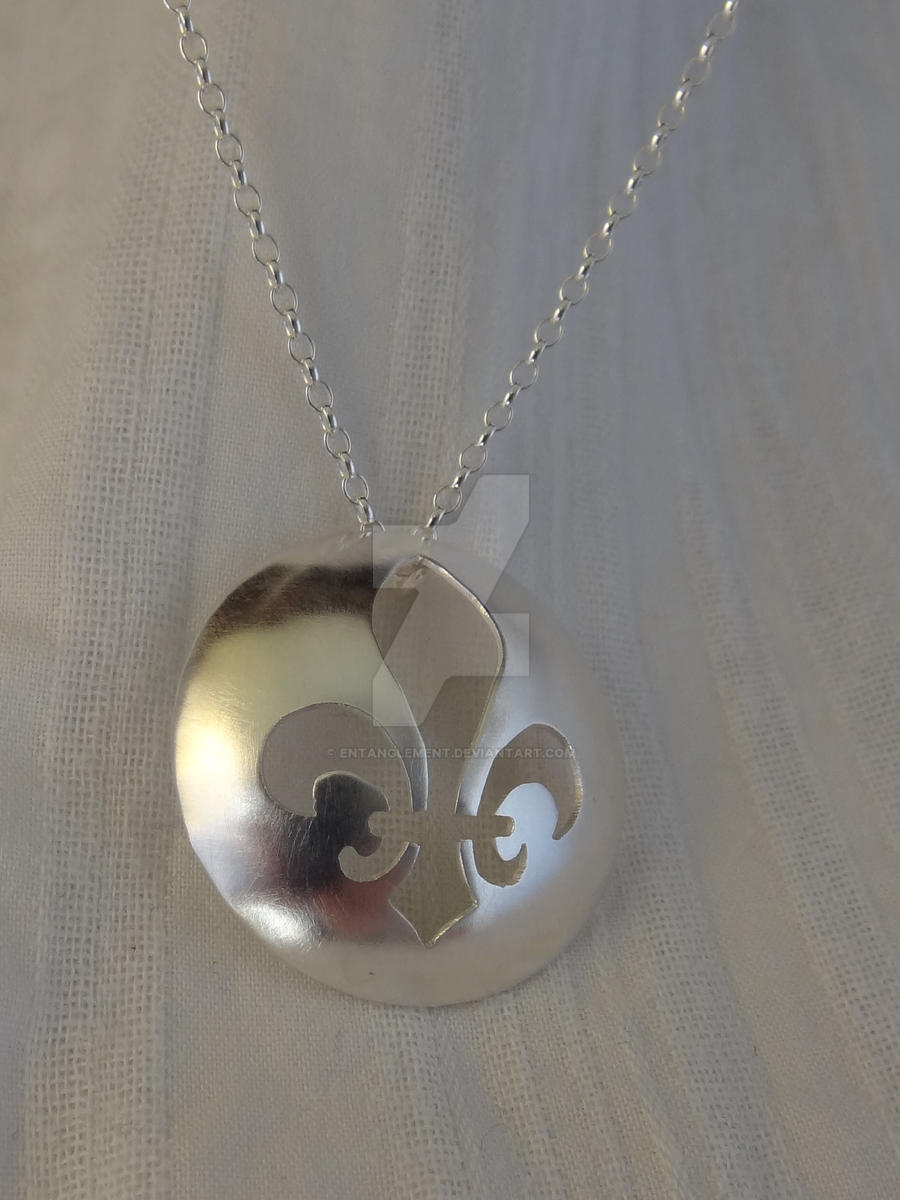 Pendant commission - Fleur-de-lis by entanglement