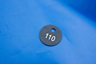 Garderobenmarke-schwarz-weiss-auf-blau by garderobenmarken
