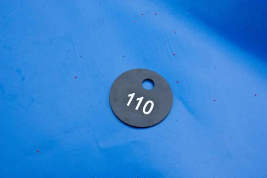 Garderobenmarke-schwarz-weiss-auf-blau