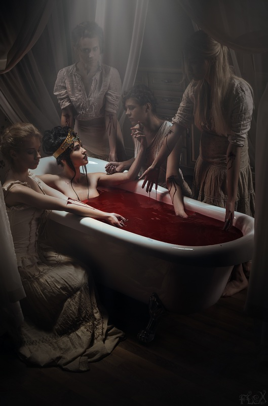 d7zua0m ea089029 16f3 471e a8f9 c47bcdb98a47.jpg?token=eyJ0eXAiOiJKV1QiLCJhbGciOiJIUzI1NiJ9.eyJzdWIiOiJ1cm46YXBwOjdlMGQxODg5ODIyNjQzNzNhNWYwZDQxNWVhMGQyNmUwIiwiaXNzIjoidXJuOmFwcDo3ZTBkMTg4OTgyMjY0MzczYTVmMGQ0MTVlYTBkMjZlMCIsIm9iaiI6W1t7InBhdGgiOiJcL2ZcLzczYjU5NTIwLWNiNWEtNDliOS04ZDhiLWZhOTYwYTAxN2ZmYVwvZDd6dWEwbS1lYTA4OTAyOS0xNmYzLTQ3MWUtYThmOS1jNDdiY2RiOThhNDcuanBnIn1dXSwiYXVkIjpbInVybjpzZXJ2aWNlOmZpbGUuZG93bmxvYWQiXX0 - Legenda Elizabeth Báthory: The Blood Countess, Darah Istri Bangsawan