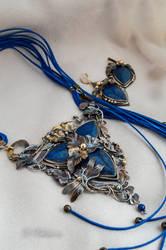 Set with lapis lazuli.