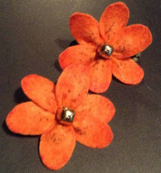 Jinglebell/Tigerlily hairclips by Kharybdis01