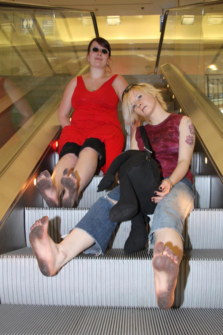 2 girls barefoot in Erfurt by Burkhard1955
