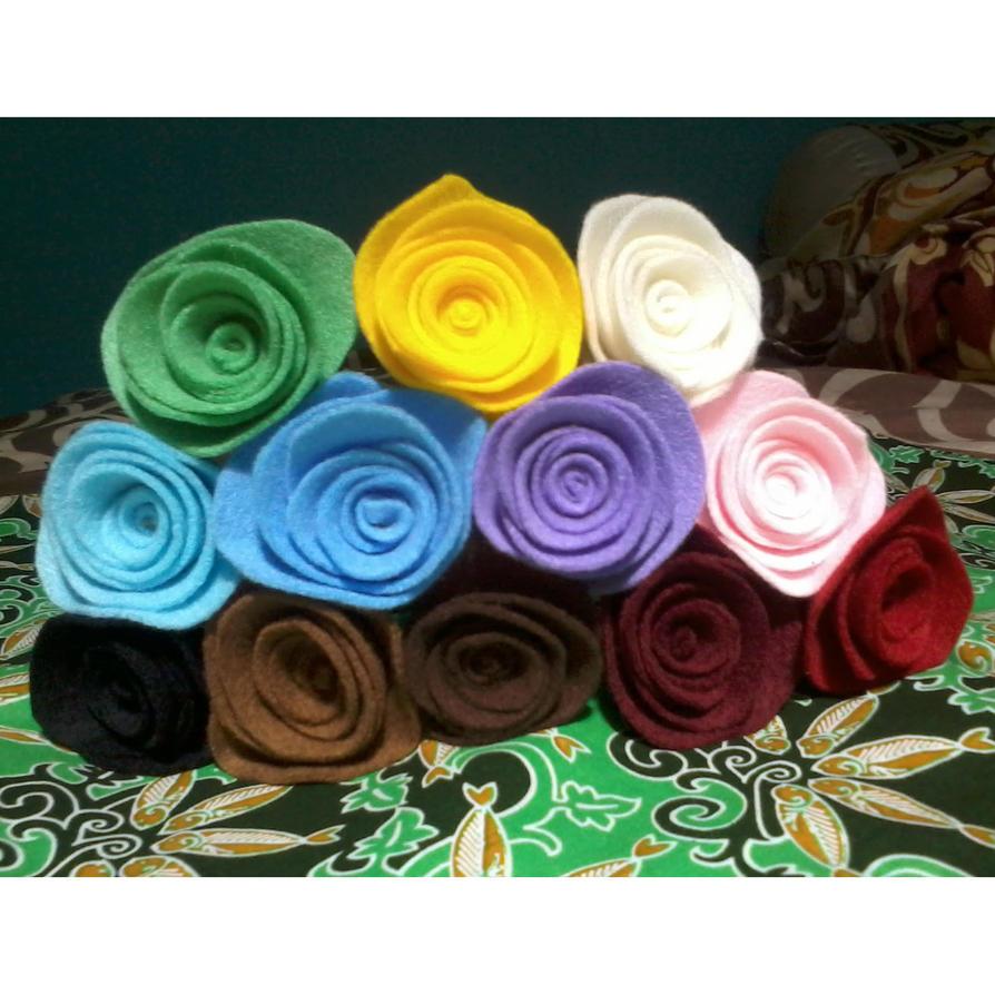 Felt roses by fafatonk3kusruk