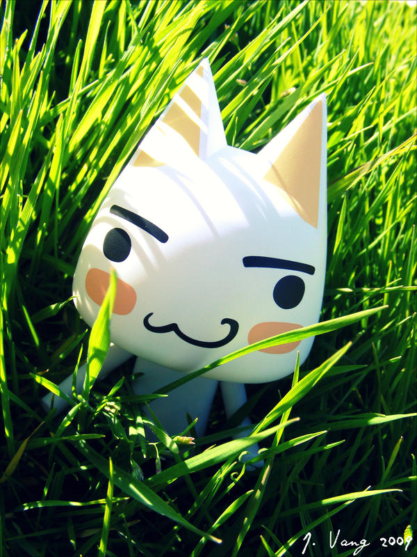 草むらの中にいるかわいいトロです。
