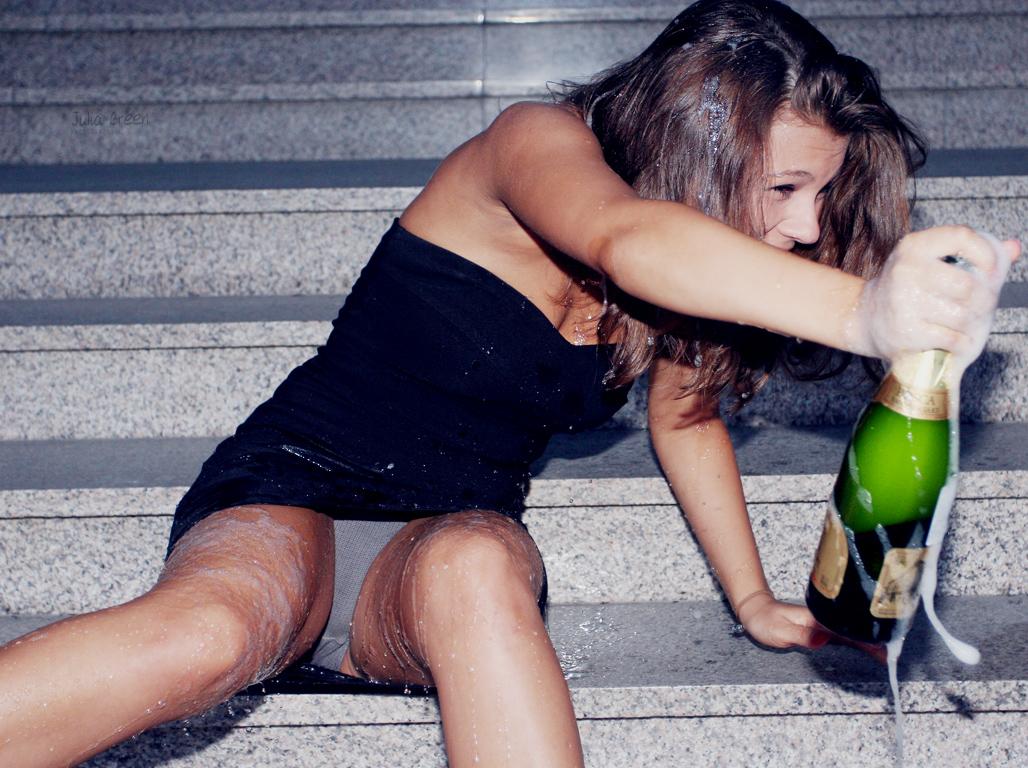 Выпившая девушка показывает себя обнаженной и сладкой  110901