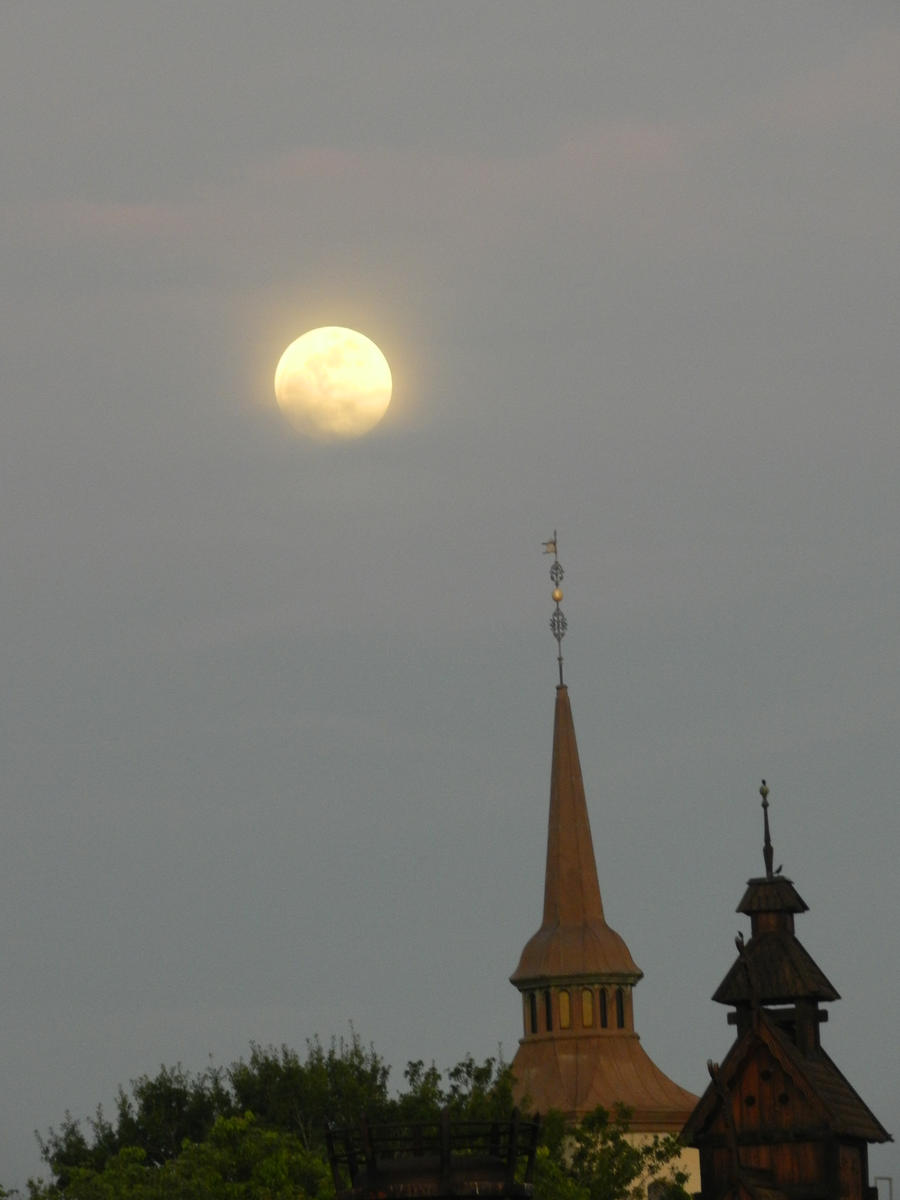 una luna misteriosa by brisingr29