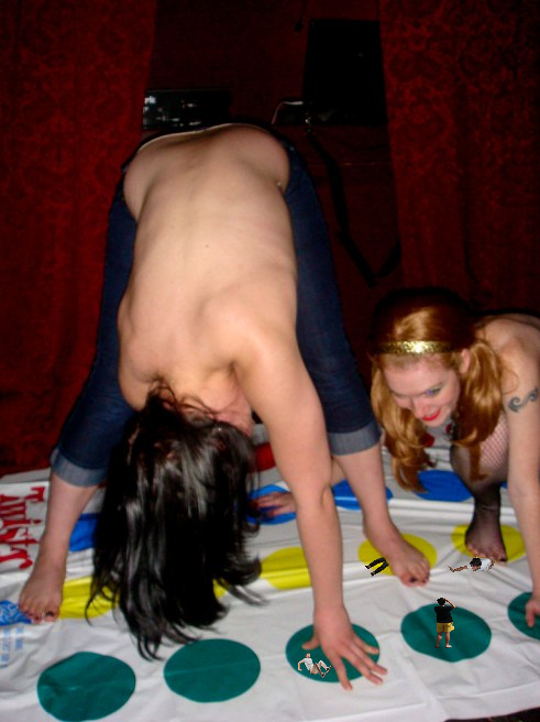 Фото голые играют в твистер
