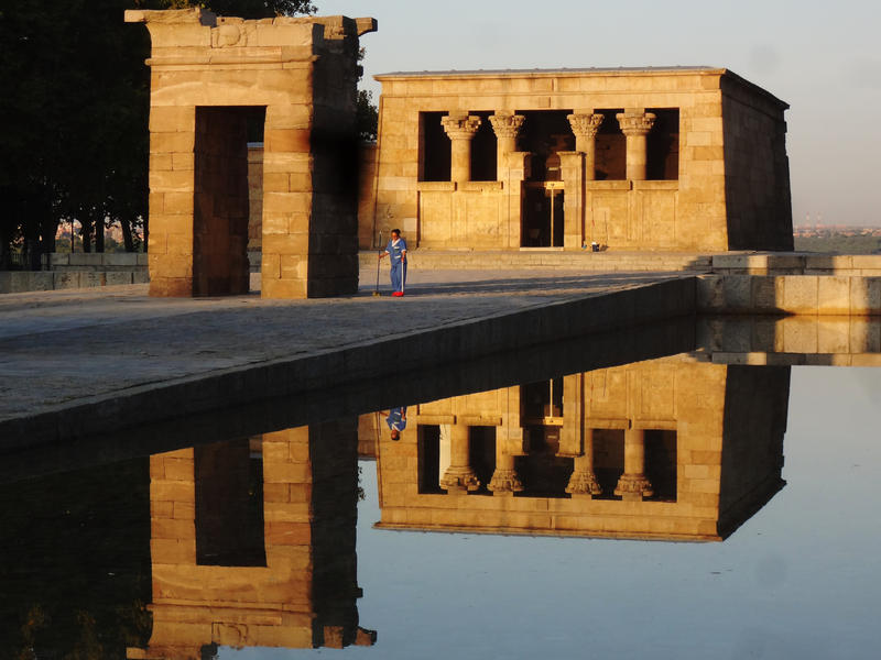 templo du debod and cleaning lady