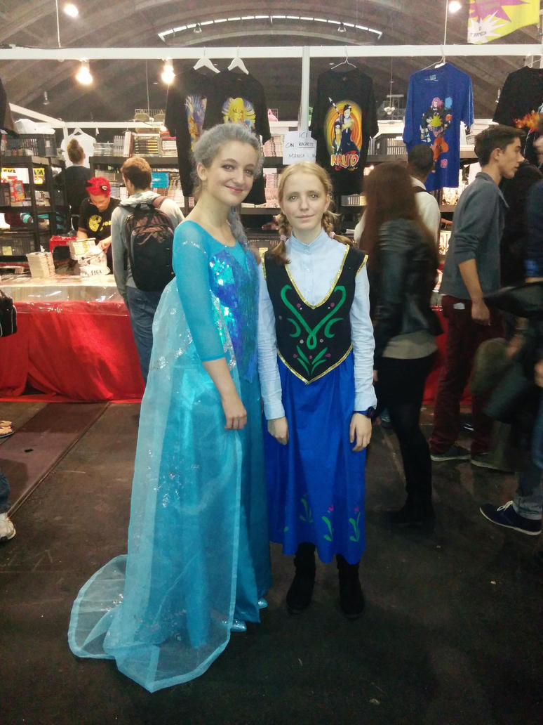Elsa cosplay with Anna by lala-chan11