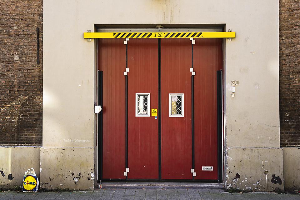 Red door by Robin-Wuwuvsu