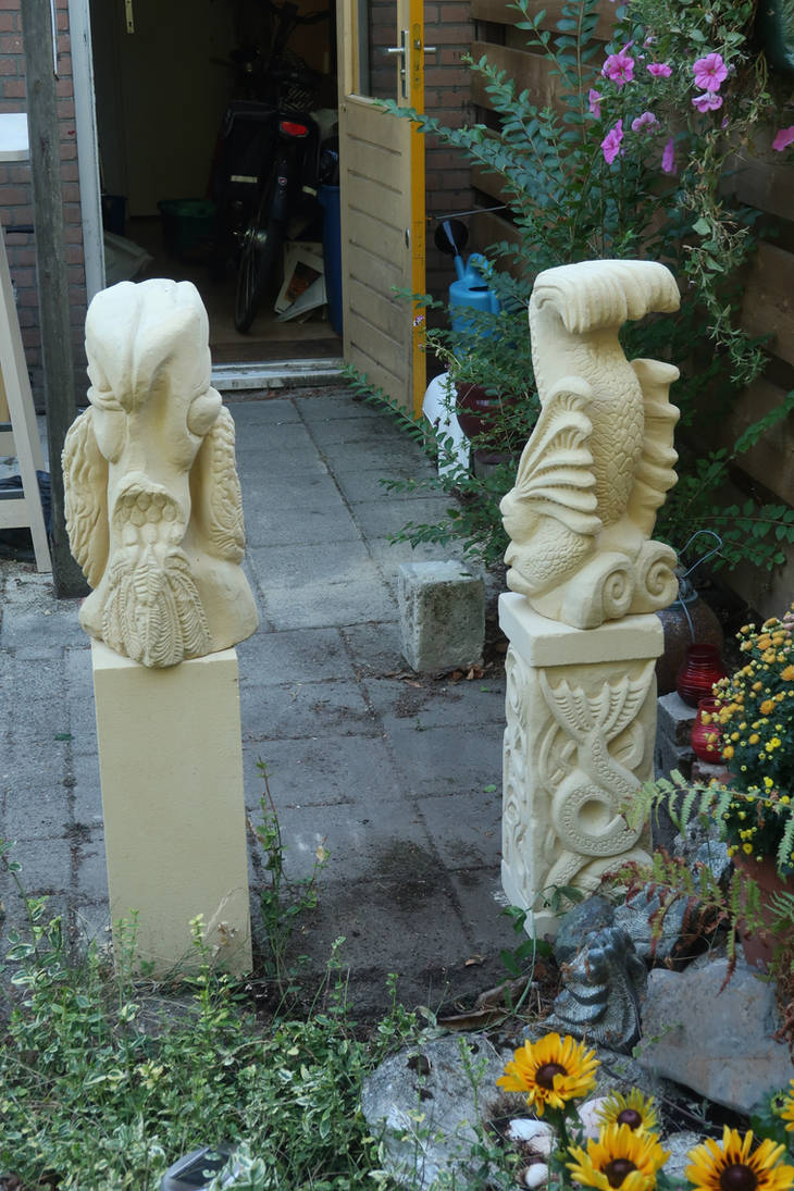Statues in garden - backside by taisteng