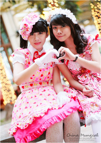 http://fc00.deviantart.com/fs33/f/2008/306/3/1/Lolita__Hearts_by_XianLi.jpg