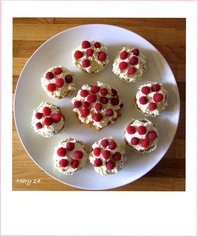 Raspberry cupcakes by ma-ry2004