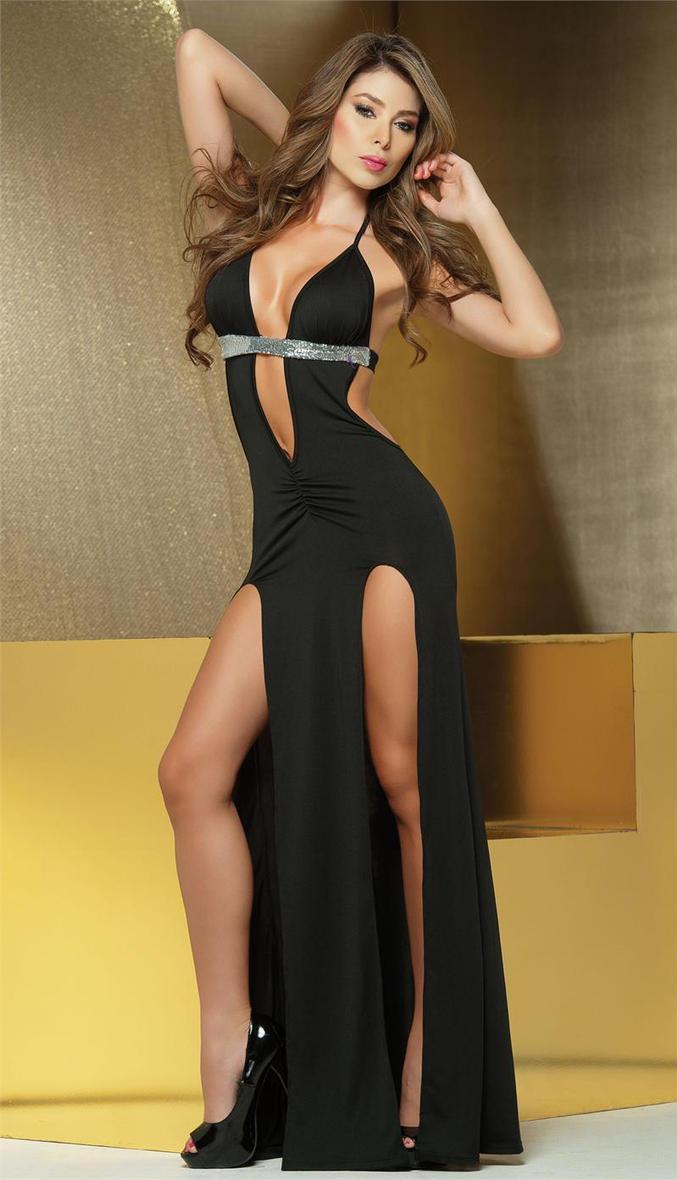 Девушка в платье с разрезом